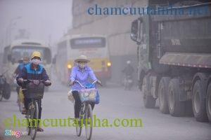 Phải làm gì để bảo vệ sức khỏe khi sương mù quang hóa dày đặc cả thành phố? - Ảnh 1.
