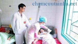 Bác sĩ Ngô Phương Tú cùng y tá khoa Ngoại Tổng hợp chăm sóc bệnh nhận sau mổ
