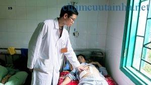 Bác sĩ Tú theo dõi sức khỏe bệnh nhân Thiết sau hậu phẫu ngày thứ 3