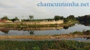 Làng nghề góp phần phát triển kinh tế nhưng cũng khiến ô nhiễm nghiêm trọng như con sông nước đen đầy mùi xú uế ven làng Cự Đà (Hà Nội). Ảnh: B.A