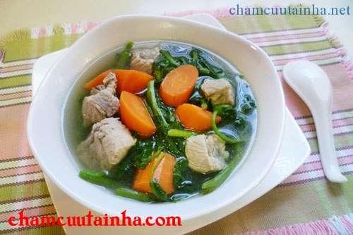 Vị ngọt của sườn non và cà rốt, cùng với màu xanh bắt mắt của rau sẽ mang đến cho bữa cơm của gia đình bạn một món canh ngon miệng.