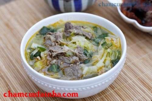 Bát canh kết hợp giữa vị ngọt của bắp cải và thơm của thịt bò, nấu vừa nhanh gọn lại đủ chất.