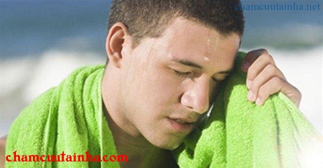 Say nắng thường biểu hiện bệnh nặng ngay từ đầu, có thể có nhiều dấu hiệu thần kinh sớm.