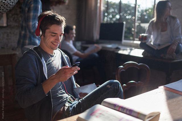 Thói quen nghe nhạc với âm lượng lớn trên điện thoại có thể khiến thính giác bị tổn hại vĩnh viễn.