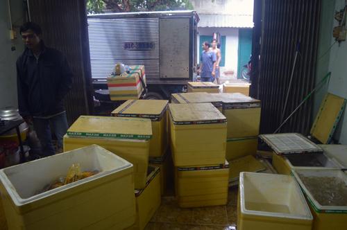 Hơn chục thùng xốp chứa thịt không rõ nguồn gốc ở Tân Bình. Ảnh: Duy Hiếu