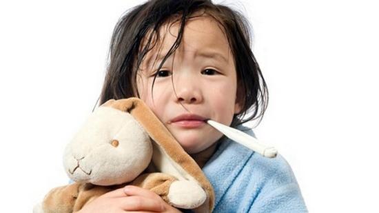 Khi trẻ bị sốt, cha mẹ không nên ủ ấm trẻ; Lau trẻ bằng nước đá lạnh, cồn, dấm. Ảnh minh họa
