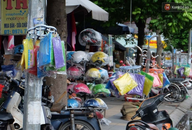 Áo mưa mặc một lần được bán nhiều trên các tuyến phố.