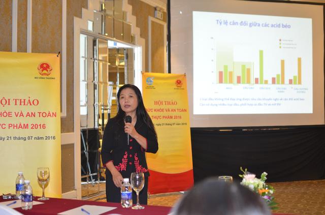 PGS.TS Lê Bạch Mai, Phó viện trưởng Viện Dinh dưỡng Quốc gia trình bày về tỷ lệ cân bằng giữa các chất béo. Trong đó, dầu gạo có tỷ lệ gần nhất với tỷ lệ khuyến cáo của tổ chức Y tế Thế giới (WHO).