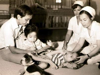 Cặp song sinh Việt - Đức ngày nhỏ. Ảnh TL