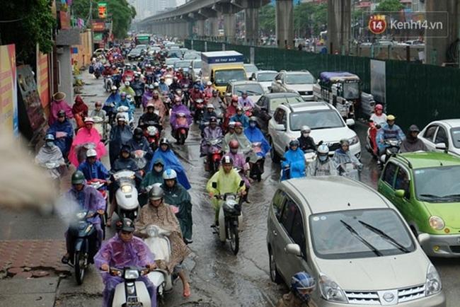 Mỗi khi mưa rất nhiều người sử dụng áo mưa 1 lần. Tuy nhiên, theo các chuyên gia loại áo mưa này không nguy hại.