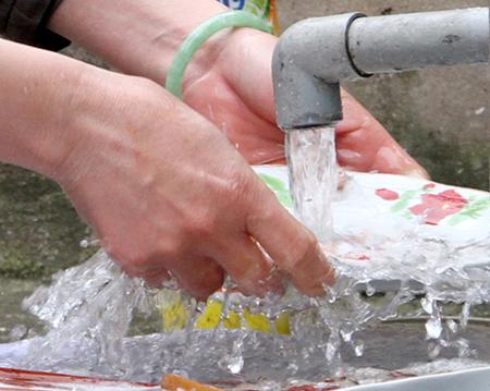 Không uống trực tiếp, nước mua cũng cần phải lọc qua cát sỏi và đun sôi. Ảnh minh họa.