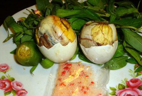 Trứng vịt lộn thường ăn kèm rau răm nên quý ông dễ bị giảm sinh lý. Ảnh minh họa.