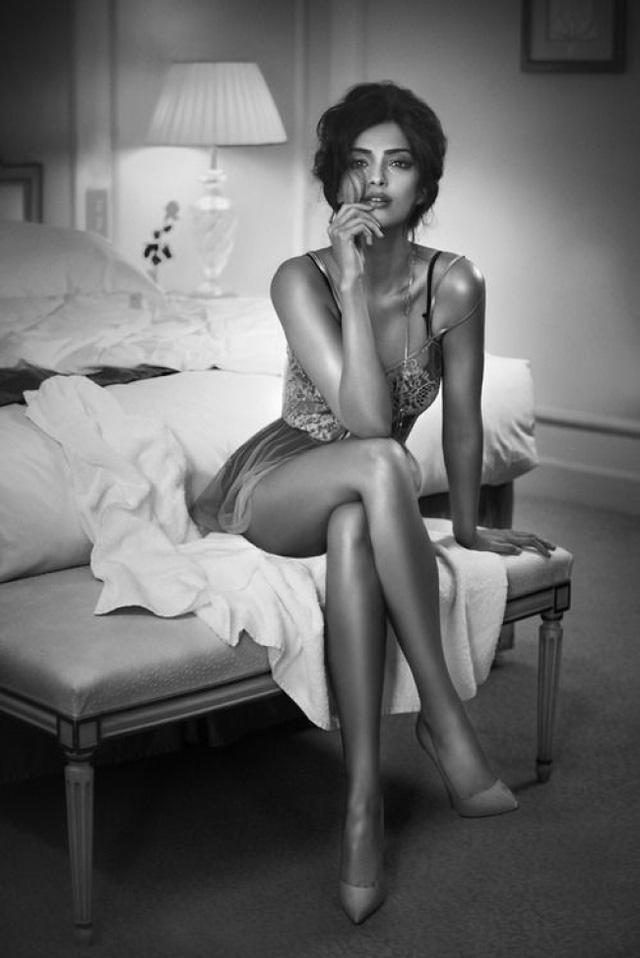 Hình ảnh vắt chân thường gắn liền với các phụ nữ quý phái, gợi cảm.