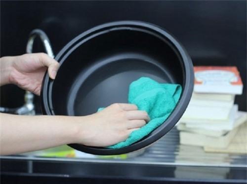 Đối với nồi mới, nên cọ rửa sạch, cho nước vào nấu sôi, rửa sạch lại sau đó mới dùng. Ảnh minh họa.