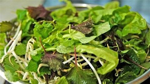 Các chuyên gia khuyến cáo bạn nên hạn chế ăn rau sống để hạn chế guy cơ nhiễm giun, sán. Ảnh minh họa.
