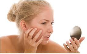 Dụng cụ trang điểm không sạch sẽ gây nhiễm trùng da (ảnh minh họa).