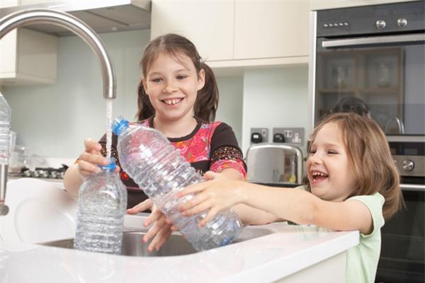 Những loại nhựa như PET, PETE hay BPA thường được sử dụng trong những loại nước dùng một lần.