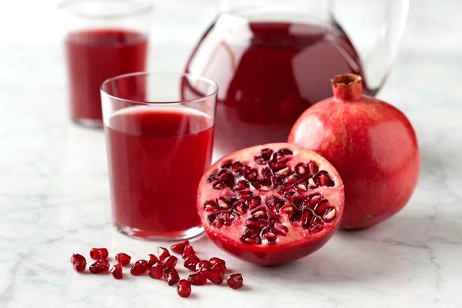 Nước ép lựu - Giàu chất chống oxy hóa, ngừa bệnh tật: Nước ép lựu chứa nhiều chất chống oxy hóa hơn trà xanh hoặc rượu vang đỏ. Lựu cũng có đặc tính chống viêm, bảo vệ tim mạch.