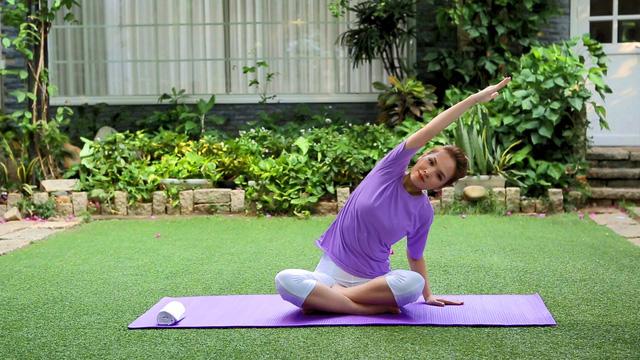MC xinh đẹp vẫn giữ thói quen tập yoga mỗi buổi sáng để tăng cường sức khỏe cho cả mẹ và thai nhi trong suốt giai đoạn mang thai.