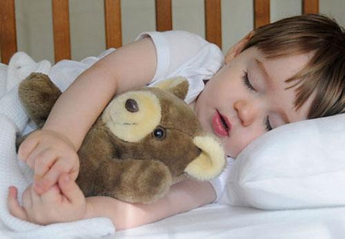 Không nên cho bé ngủ giường lớn quá sớm. Ảnh minh họa