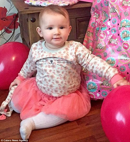 Hình ảnh bé Ava đón sinh nhật 1 tuổi.