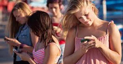 Việc gửi, trả lời tin nhắn, email với tốc độ nhanh có thể gây đau và viêm khớp xương của bạn. Đặc biệt nếu bạn giữ điện thoại giữa cổ và vai khi làm nhiều việc cùng lúc thì chứng đau lưng chắc chắn sẽ ghé thăm bạn. (Ảnh minh họa)