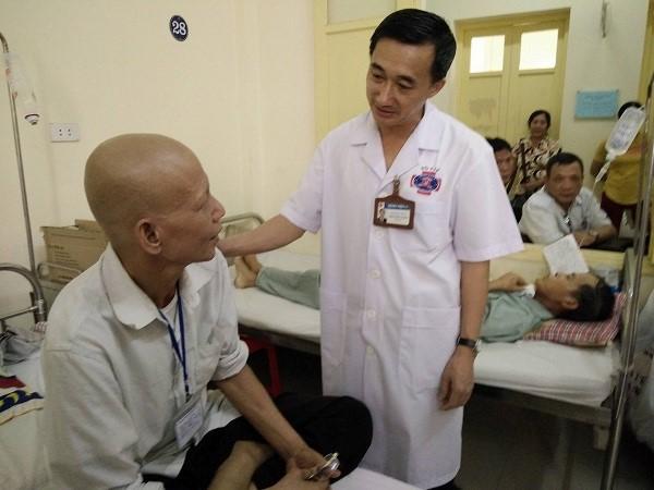 PGS.TS Trần Văn Thuấn, Giám đốc BV K Trung ương động viên bệnh nhân ung thư yên tâm điều trị.