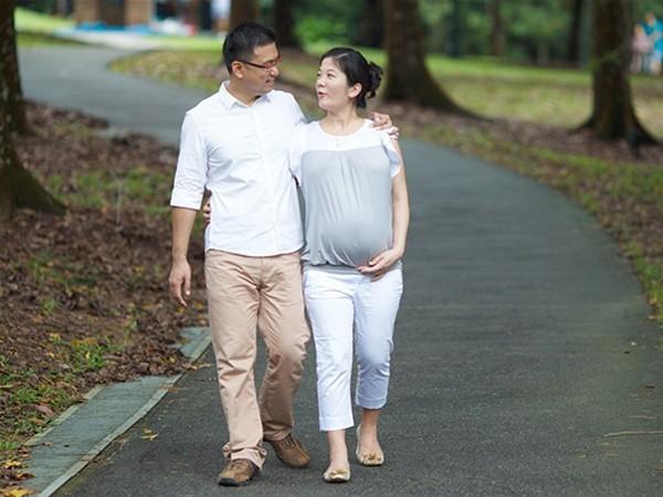 Đi bộ có tác dụng tích cực trong việc sinh nở. Ảnh minh họa