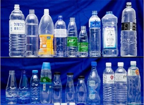 Trà Thái được đóng vào các chai nhựa tái sử dụng.