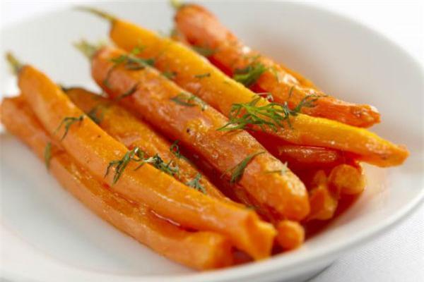 Thông thường cà rốt được cắt thành mảnh nhỏ, vuông vức và ăn sau khi đã luộc hay hấp.