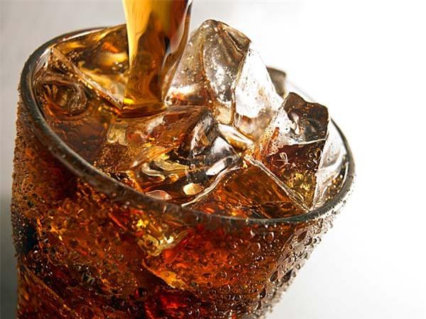Nước ngọt là thức uống không thể thiếu trong mỗi bữa ăn hay bữa tiệc, đặc biệt với những người trẻ tuổi. Thậm chí, thức uống này còn được pha lẫn với đồ uống có cồn để tạo ra những ly coktails ngon miệng. Tuy nhiên, nhiều nghiên cứu phát hiện rằng ngoài tăng khẩu vị, nước ngọt còn chứa nhiều đường, vốn gây tăng cân rất nhanh cho những người ở tuổi 30. Nước ngọt còn ảnh hưởng đến khả năng sinh sản của cả nam và nữ.