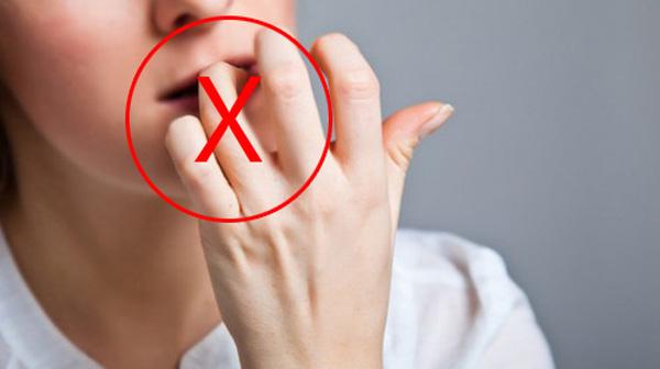 Tuyệt đối không được dùng răng cắn vết xước măng-rô (Ảnh: Internet)