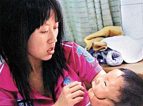 Chị Xi Yi vẫn kiên trì bên con chăm sóc, nuôi dậy cậu bé.