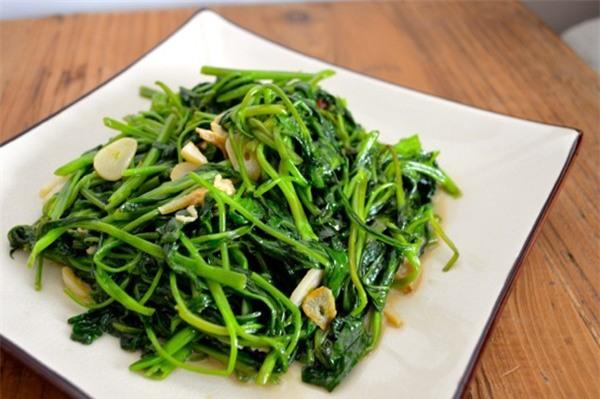 Không nên ăn rau muống chưa chín kỹ.