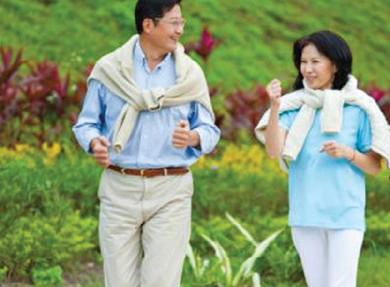 Đi bộ là một cách khởi động tốt trước khi bắt đầu các bài tập thể dục nặng hơn