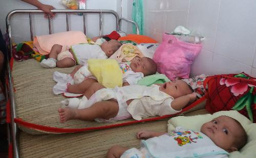 Bệnh viêm phổi góp phần khiến khoa Hô hấp Bệnh viện Nhi đồng thường xuyên quá tải với 4-5 trẻ một giường. Ảnh: H.N