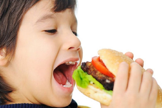 Mẹ tuyệt đối không cho ăn quá nhiều đồ ăn nhanh. Ảnh minh họa