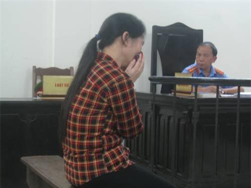 Người mẹ quẫn trí không ngừng khóc nấc tại phiên tòa (Ảnh Thành Long).