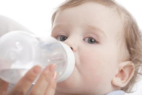 Uống đủ nước giúp trẻ tránh nguy cơ mắc táo bón (Ảnh: Internet)