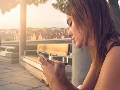 Cúi đầu nhắn tin liên tục sẽ khiến căng cơ cổ.